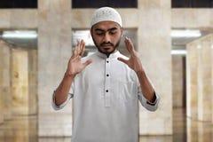 Be inre moské för muslimsk man Arkivfoton