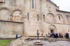 Be kommer folket inom den kristna Svetitskhoveli domkyrkan som byggs i det 4th århundradet Lokal för Unesco-världsarv Royaltyfria Bilder