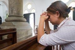 Be kvinnan i den be guden för kristen kyrka för hjälp fotografering för bildbyråer
