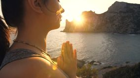 Be kvinnan på solnedgång lager videofilmer