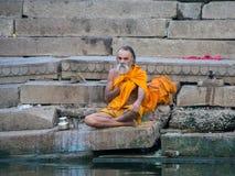 Be mannen på bankerna av Gangesen Fotografering för Bildbyråer