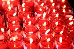 Be med röda levande ljus Arkivbilder