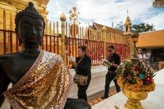 Be och betala respekter på Doi Suthep Temple Arkivbild