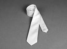 Beżowy krawat na szarym tle, rolka krawat na szarym backgr Obrazy Stock