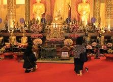 Be på en buddistisk tempel, Thailand Arkivbilder