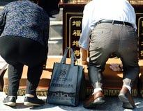 Be par på en tempel i xian Royaltyfri Foto