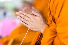 Be, sätt gömma i handflatan av händerna tillsammans i honnören, munkar, Thailand Arkivbilder