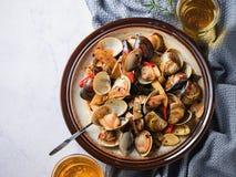 Be*wegen-braadt Gember en tweekleppige schelpdieren bij hoge hitte om het smakelijke aroma met sesamolie in recept vooruit te bre stock foto