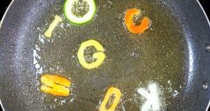 Be*wegen-braadt gemengde alfabetbrieven, woord het koken stock videobeelden