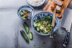 Be*wegen-gebraden bok choy en varkensvleesbuik, de Aziatische ruimte van het keukenexemplaar stock foto