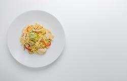 Be*wegen-gebraden gerechtnoedels met kippenvlees, paddestoel en rood capsicum Stock Afbeelding