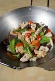 Be*wegen-gebraden gerechtvoedsel in de wok royalty-vrije stock afbeelding