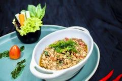 Be*wegen-gebraden Kip en heilig basilicum, Thais voedsel stock fotografie