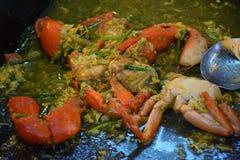 Be*wegen-gebraden krab met kerriepoeder stock foto's