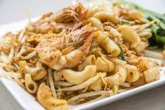 Be*wegen-gebraden macaroni met garnalen royalty-vrije stock fotografie