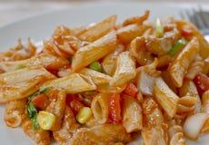 Be*wegen-gebraden macaroni met ketchup royalty-vrije stock fotografie