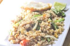 Be*wegen-gebraden rijst of gebraden rijst met gebraden ei en komkommer Stock Foto's