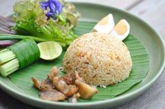 Be*wegen-gebraden rijst met gebraden vissen en ei Stock Fotografie