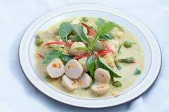 Be*wegen-gebraden vis-bal met groene kerrie Royalty-vrije Stock Foto