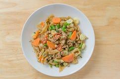 Be*wegen-gebraden vlakke rijstnoedels met varkensvlees, basilicum, cow-pea Royalty-vrije Stock Foto