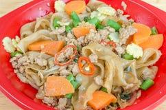 Be*wegen-gebraden vlakke rijstnoedels met varkensvlees, basilicum en cow-pea Royalty-vrije Stock Foto's