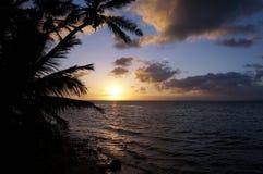 Όμορφη ανατολή πέρα από τον ωκεανό με τα κύματα που κινούνται προς δύσκολο Beac Στοκ Φωτογραφία