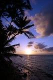 Όμορφη ανατολή πέρα από τον ωκεανό με τα κύματα που κινούνται προς δύσκολο Beac Στοκ φωτογραφία με δικαίωμα ελεύθερης χρήσης