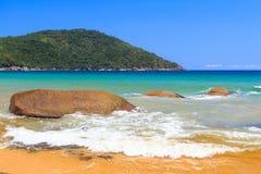 Beaceful-Strand auf Insel in Brasilien stockfotografie