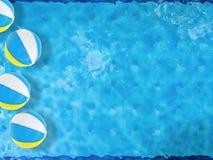 Beach ball che galleggiano sullo stagno Fotografie Stock Libere da Diritti