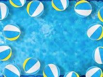 Beach ball che galleggiano sullo stagno Fotografia Stock Libera da Diritti