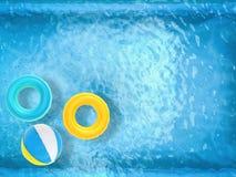 Beach ball ed anelli di nuotata che galleggiano sullo stagno Fotografia Stock Libera da Diritti