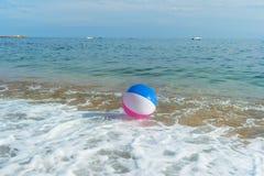 Beach ball in mare Fotografia Stock