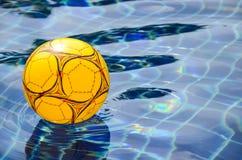 Beach ball multicolore che galleggia sulla piscina Fotografia Stock Libera da Diritti