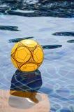 Beach ball multicolore che galleggia sulla piscina Immagine Stock Libera da Diritti
