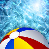 Beach ball su un fondo di acqua Illustrazione Vettoriale