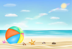 Beach ball su una spiaggia della sabbia di mare con le stelle marine e le coperture Fotografie Stock
