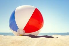 Beach ball sulla sabbia fotografia stock