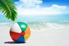 Beach ball sulla spiaggia sabbiosa Immagine Stock
