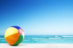 Beach ball sulla spiaggia un chiaro giorno soleggiato Immagini Stock Libere da Diritti