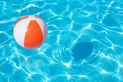 Beach ball variopinto che galleggia nello stagno Fotografia Stock Libera da Diritti