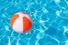 Beach ball variopinto che galleggia nello stagno Immagini Stock Libere da Diritti