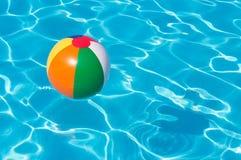 Beach ball variopinto che galleggia nello stagno Fotografia Stock