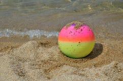 Beach ball variopinto su una spiaggia Immagine Stock