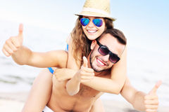 beach couple fun having young Royaltyfri Bild