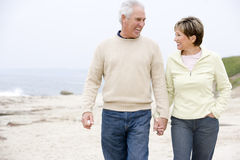 beach couple hands holding smiling Στοκ Εικόνες