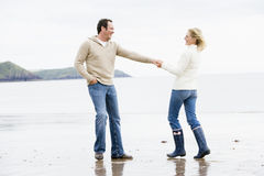 beach couple hands holding smiling walking στοκ φωτογραφία με δικαίωμα ελεύθερης χρήσης