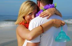 beach couple hugging Στοκ φωτογραφία με δικαίωμα ελεύθερης χρήσης
