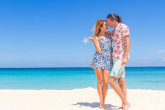 Beach couple on romantic travel honeymoon vacation summer Stock Photography