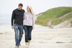 beach couple walking Στοκ Εικόνες