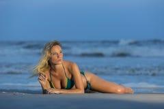 At The Beach di modello femminile biondo Immagini Stock